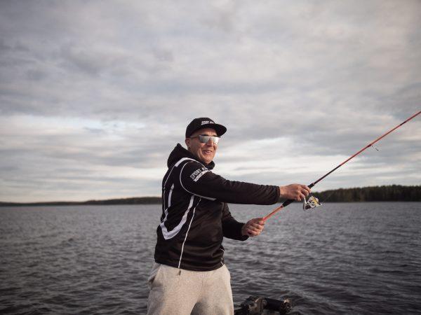Antti-Jussi Noronen kalastamassa Suomessa.