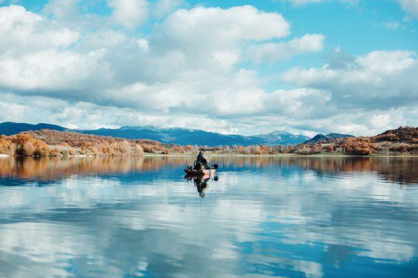 Kalastamista kajakista järvellä