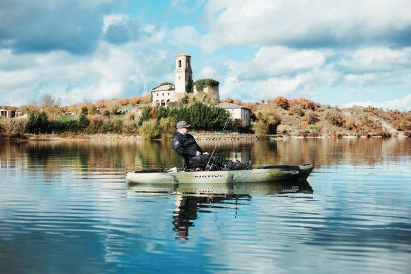 Mies kalastamassa kajakilla järvellä